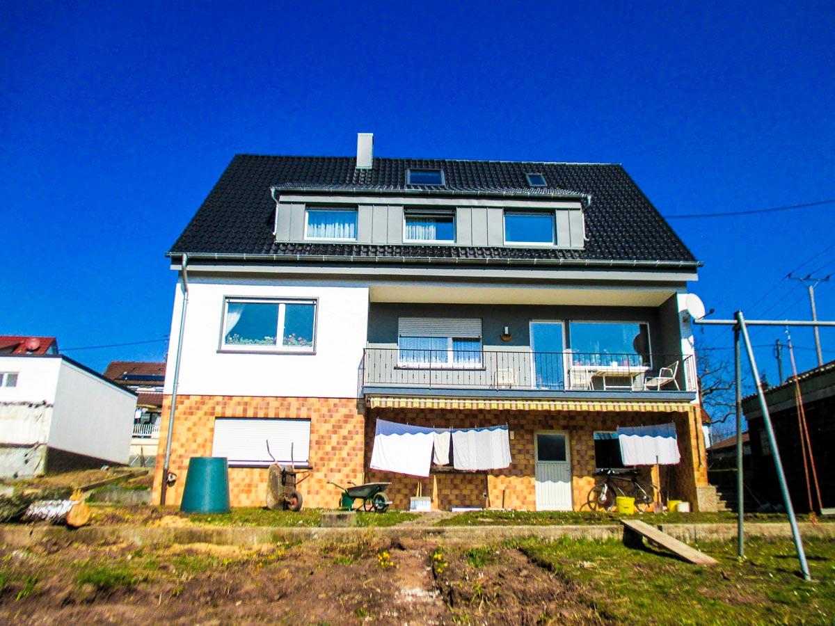 Steildach von unseren Dachdeckern neu eingedeckt sowie eine neue Fassade erstellt.