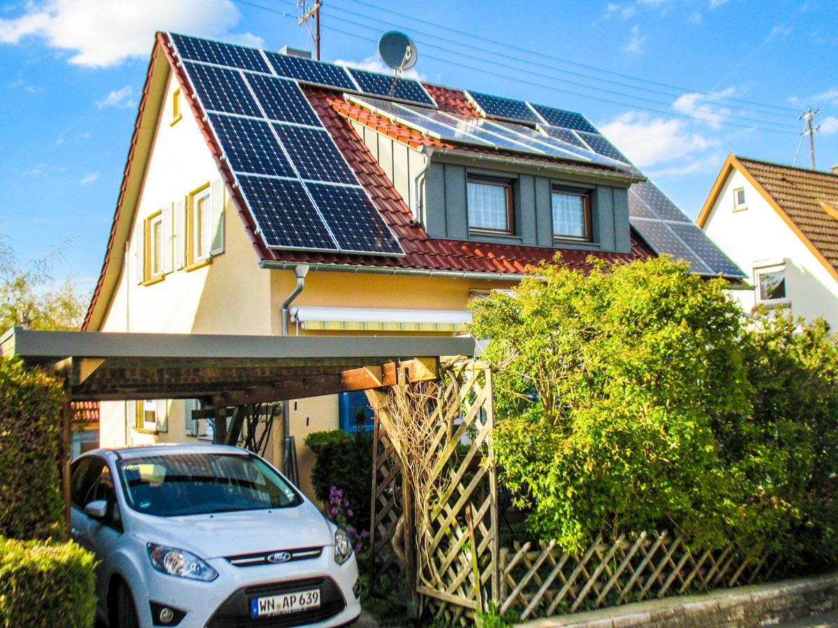 Solarzellen auf einem Dach durch unsere Dachdecker befestigt.